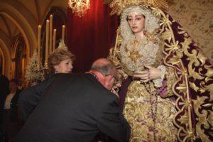 En el besamano a María Santísima de la Trinidad Coronada.