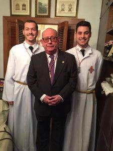 Antonio Senés, junto a dos de sus nietos, un Lunes Santo antes de la salida de la procesión.